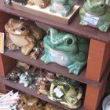 縁起の蛙の置物がいっぱい!